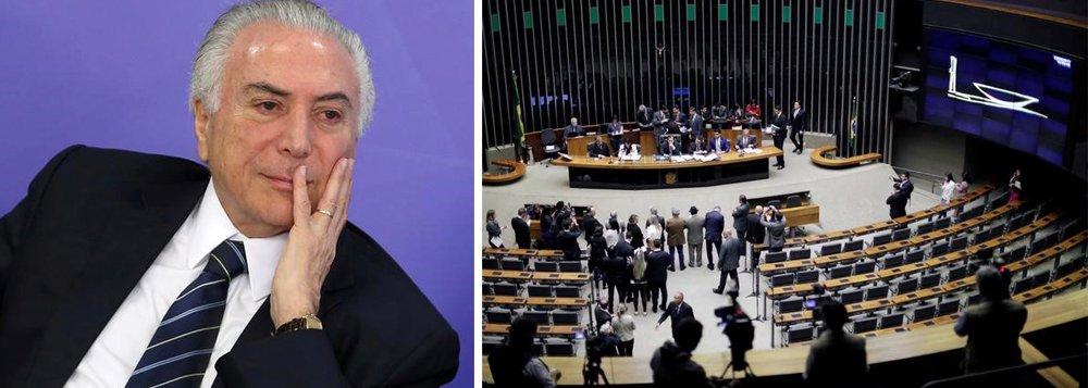 """Para o editor do Tijolaço, Fernando Brito, """"o Brasil que vai assistir ao espetáculo deprimente – mais um – de amanhã na Câmara dos Deputados é bem diferente daquele que viu, há pouco mais de um ano, a derrubada de um governo constitucional""""; segundo ele, se no impeachment de Dilma Rousseff existiam """"esperanças falsas, ódios, apetites imensos, de um lado, e choque, angústia, dor, de outro"""", agora, vale """"simplesmente o """"deixa esta merda assim mesmo"""", onde a substância, claro, é o Brasil""""; Deixamos uma época de alegria, de confianças e esperanças e somos, hoje, um país nocauteado pela surra impiedosa que a mídia, nos a fio, nos dá"""", lamenta"""