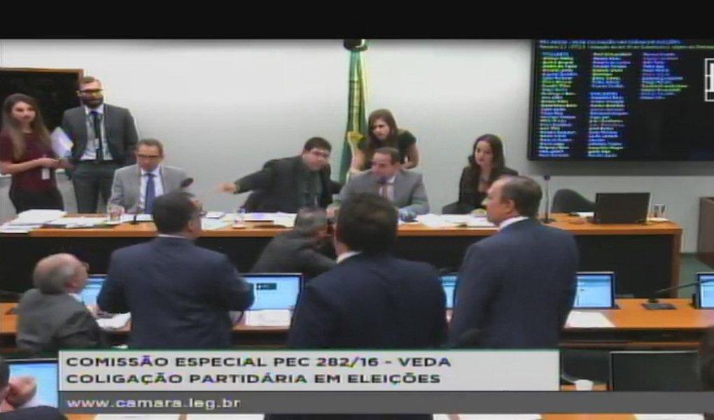 Comissão especial da Câmara dos Deputados aprovou há pouco o relatório da deputada Shéridan (PSDB-RR) à proposta (PEC 283/16) que acaba com as coligações a partir das eleições de 2020 e cria cláusula de desempenho para os partidos políticos; texto principal da PEC foi aprovado por votação simbólica, com orientação favorável de todos os partidos, com exceção do Psol; o conteúdo, no entanto, ainda poderá ser alterado, pois os parlamentares apresentaram quatro destaques para deliberação em separado de pontos específicos do texto