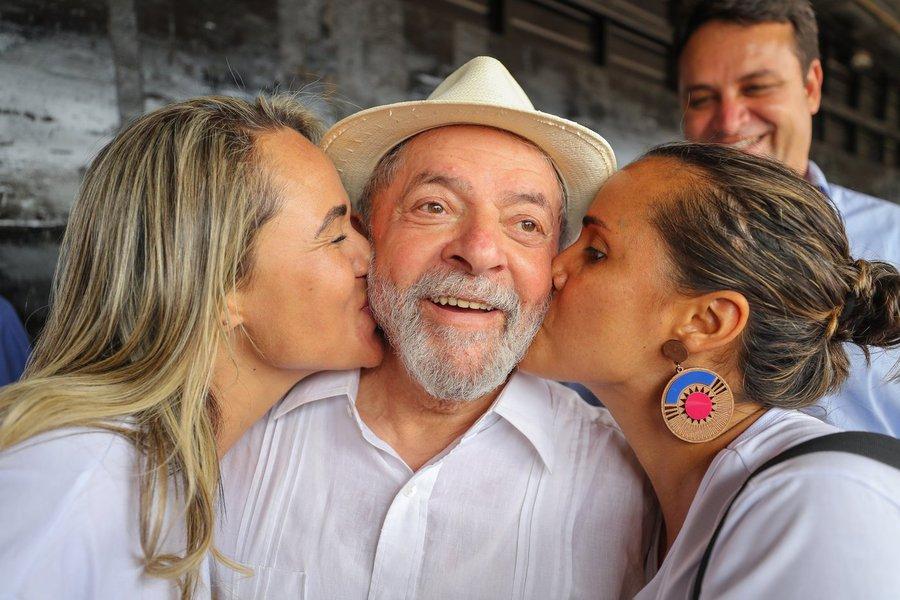 """Na passagem de sua caravana por Minas Gerais, o ex-presidente Lula parou neste sábado em Bocaiúva e Jequitinhonha, onde fez discurso para uma multidão sobre o tema educação. Ele criticou a falta de investimento do governo atualmente, e destacou a ascensão dos pobres à educação em todos os níveis no seu governo e no governo de Dilma Rousseff; """"Quando se financia empresário, eles dizem que é investimento. Quando se financia estudante, eles dizem que é gasto. Eu tinha vontade de fazer muitas e muitas universidades, mas não tinha dinheiro.Então veio a ideia de trocar dívida das faculdades por vagas"""", disse Lula"""