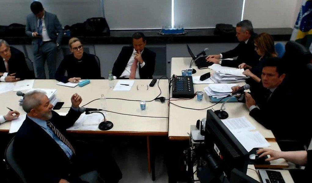 """Recurso impetrado em setembro pela defesa do ex-presidente Lula pedindo a suspeição do juiz federal Sérgio Moro nos processos contra ele no âmbito da Lava Jato foi negado, por unanimidade, pela Quinta Turma do STJ; na petição negada pelo STJ, a defesa apontou """"procedimentos e decisões que violariam a imparcialidade requerida a Moro para a condução dos inquéritos"""""""