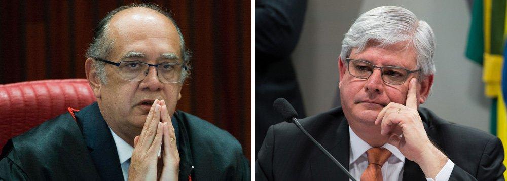 """Ministro do Supremo Tribunal Federal (STF) Gilmar Mendes voltou a atacar o procurador-geral da República Rodrigo Janot; segundo Gilmar, o STF está a """"reboque das loucuras do procurador"""" e defendeu que a PGR volte a possuir """"um mínimo de decência, sobriedade e normalidade;""""As delações todas, essas homologações sem discussão, o referendo de cláusula, uma bagunça completa e ficou a reboque das loucuras do procurador"""", disse; segundo ele, o Brasil vive um clima de """"baguncismo"""" e """"é preciso voltar um mínimo de decência, sobriedade e normalidade à PGR"""""""