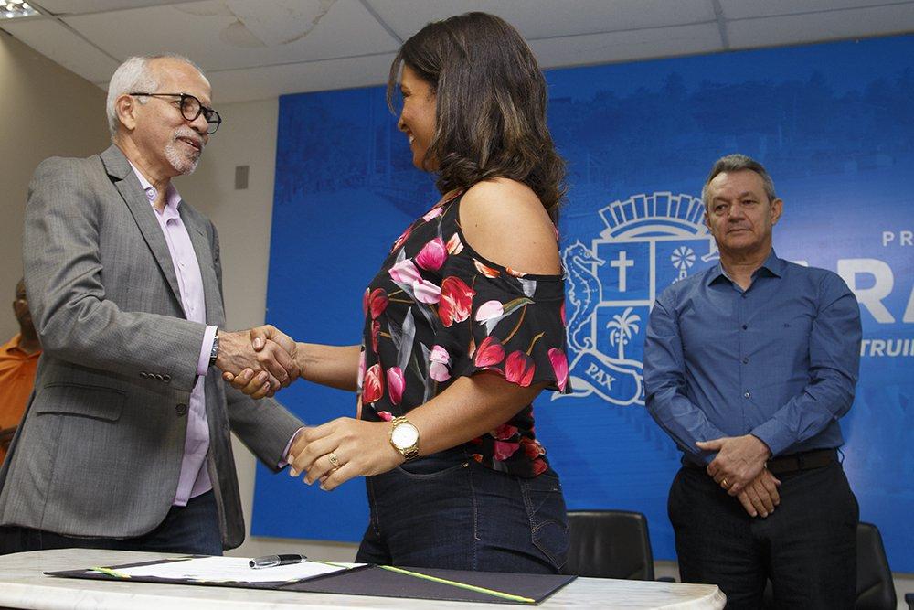 """A rede municipal de ensino de Aracaju passa a contar com 236 novos educadores; o prefeito Edvaldo Nogueira assinou os contratos dos aprovados no processo seletivo simplificado, que atuarão como professores substitutos por um prazo de até dois anos; o objetivo é zerar o déficit de profissionais na rede e evitar qualquer descontinuidade nas atividades das escolas municipais;""""Pagamos mais da metade da dívida de R$ 42 milhões que herdamos da gestão passada, regularizamos o fornecimento da merenda, entregamos uma escola de ensino infantil no bairro 17 de Março, iniciamos a obra de uma escola de ensino fundamental no mesmo bairro, retomamos a reforma e ampliação da Escola Carvalho Neto e, agora, estamos contratando mais professores. São avanços significativos"""""""
