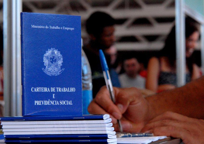 As informações captadas pela Pesquisa de Emprego e Desemprego, analisadas pela Superintendência de estudos Econômicos e Sociais da Bahia, mostram que a taxa de desemprego total da Região Metropolitana de Salvador diminuiu, ao passar de 24,1% para 23,7% da População Economicamente Ativa, entre agosto e setembro de 2017; houve redução da taxa de desemprego aberto, de 17,2% para 16,7%, e relativa estabilidade da taxa de desemprego oculto, de 7,0% para 6,9%; o contingente de desempregados foi estimado em 456 mil pessoas (menos 12 mil em relação ao mês anterior)
