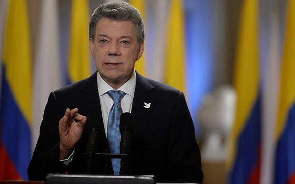"""Presidente da Colômbia, Juan Manuel Santos, disse ao presidente EUA, Donald Trump, que a América Latina não apoiaria nenhum tipo de """"intervenção militar"""" na Venezuela; """"Reiteramos ao presidente Trump, reiteramos também aos demais países, que qualquer intervenção militar não teria nenhum tipo de apoio da América Latina"""", disse; antes da reunião, Trump pediu a restauração """"completa"""" da democracia e das liberdades políticas na Venezuela e assegurou que a situação era """"completamente inaceitável""""; já Michel Temer, após jantar com Trump, defendeu ações para garantir a """"democracia"""" na Venezuela"""