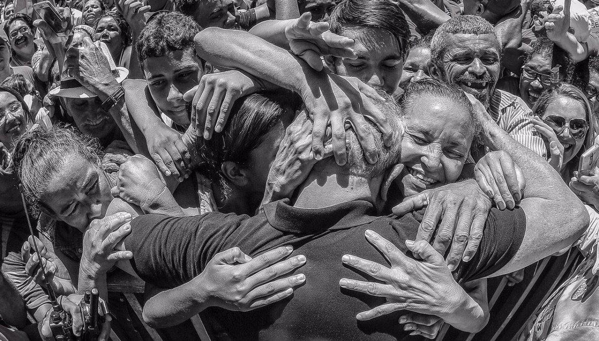 EX-presidente Luiz Inácio Lula da Silva em meio ao povo