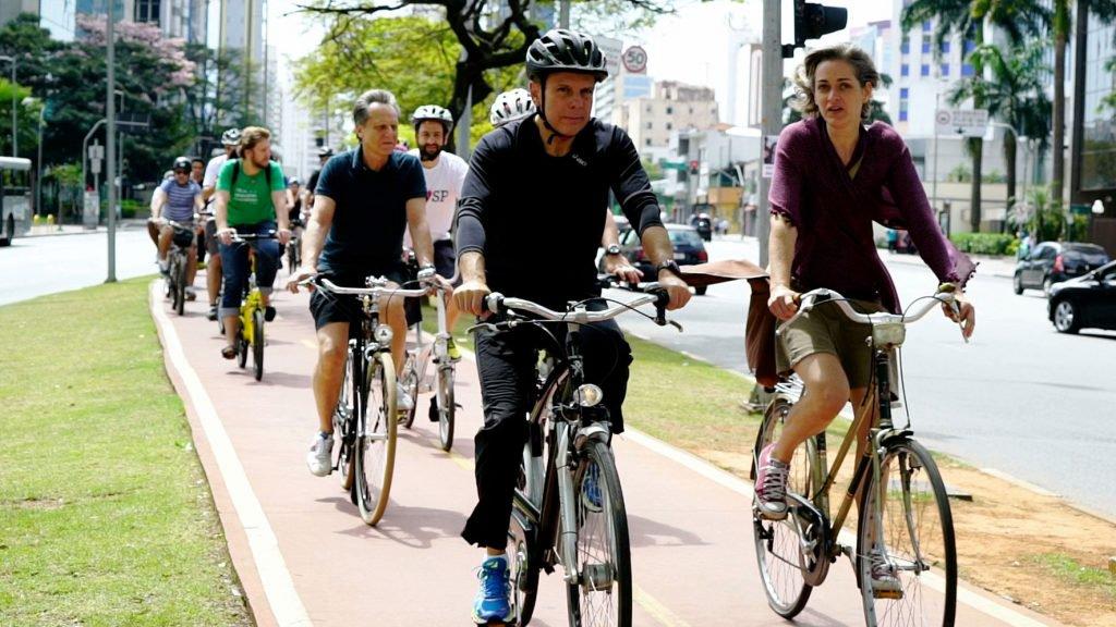 """O prefeito tucano, que chegou a jogar flores de uma ciclista no chão, tem """"descontinuado"""" as políticas de incentivo ao uso da bicicleta em São Paulo – marca da gestão Haddad – e, como efeito, a morte de ciclistas aumentou, de acordo com o Ciclocidade, em 75% apenas no primeiro semestre deste ano"""