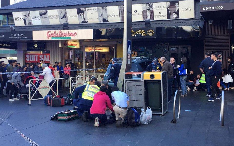 Um carro atropelou a multidão em Sydney; várias pessoas ficaram feridas de o veículo atropelar numerosos transeuntes em uma rua movimentada da cidade australiana;seis pessoas resultaram feridas; a princípio, a mídia local destaca que o acidente não foi considerado um atentado terrorista
