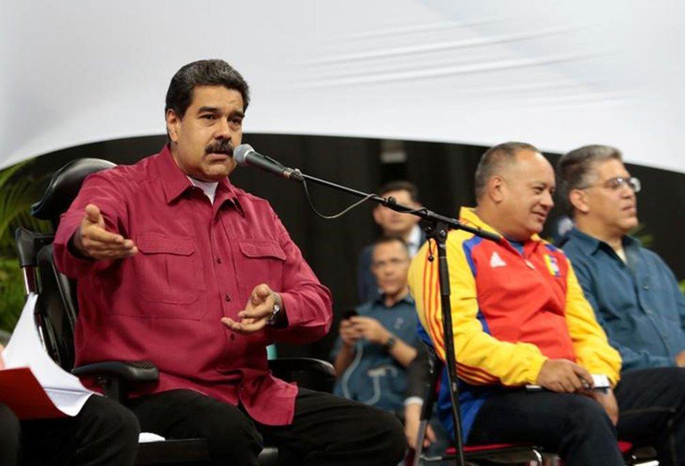 """O presidente venezuelano criticou nesta segunda-feira 14 os comentários do presidente dos EUA, Donald Trump, sobre uma """"opção militar"""" para o país sul-americano, acrescentando que ele mantém seu pedido para conversar com Trump; ele também determinou a realização de exercícios militares em resposta à ameaça de Trump"""