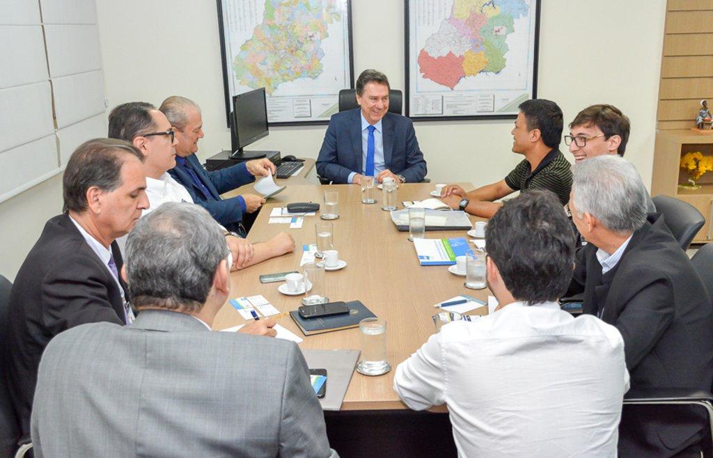 O secretário de Desenvolvimento Econômico de Goiás, Francisco Pontes, recebeu os executivos Haiguang (Bill) Duan, gerente geral da indústria chinesa Leili Marine Biotech, e Laercio Yamauti, gerente geral da boliviana Agrallia Agroindustrial S.A., que se interessam em trazer aproximadamente R$ 160 mi em investimentos para o Brasil; entretanto, o que mais desperta o interesse dos investidores é o potencial mercadológico do Estado de Goiás