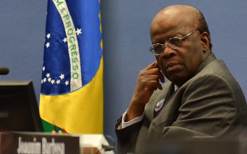 """Ex-presidente do STF Joaquim Barbosa disse ter ficado """"aliviado"""" com a decisão do Senado em não bater de frente com a Corte no episódio que resultou na suspensão do mandato do senador Aécio Neves (PSDB-MG); para Barbosa, o confronto """"seria o fim da democracia no Brasil""""; """"Político revogando decisão judicial é coisa de ditadura"""", destacou"""