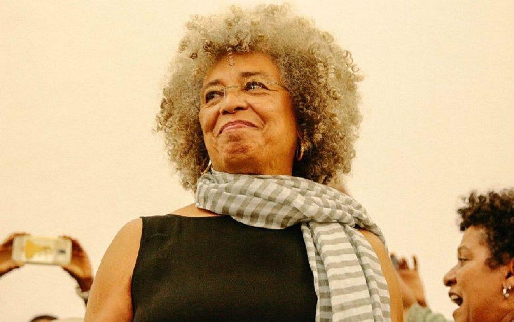"""A filósofa e ativista norte-americana Angela Davis, símbolo da luta pelos direitos civis da população negra, esteve nesta terça-feira em Salvador, na UFBA, para falar da luta das mulheres negras, em um momento """"difícil"""" no qual o mundo assiste a uma guinada à direita, com a ascensão de Donald Trump nos Estados Unidos e o """"golpe antidemocrático"""" ocorrido no Brasil; a um auditório lotado, a professora do Departamento de Estudos Feministas da Universidade da Califórnia afirmou que, após a derrubada de Dilma Rousseff, o movimento das mulheres negras criou """"a melhor esperança para o futuro do Brasil"""""""