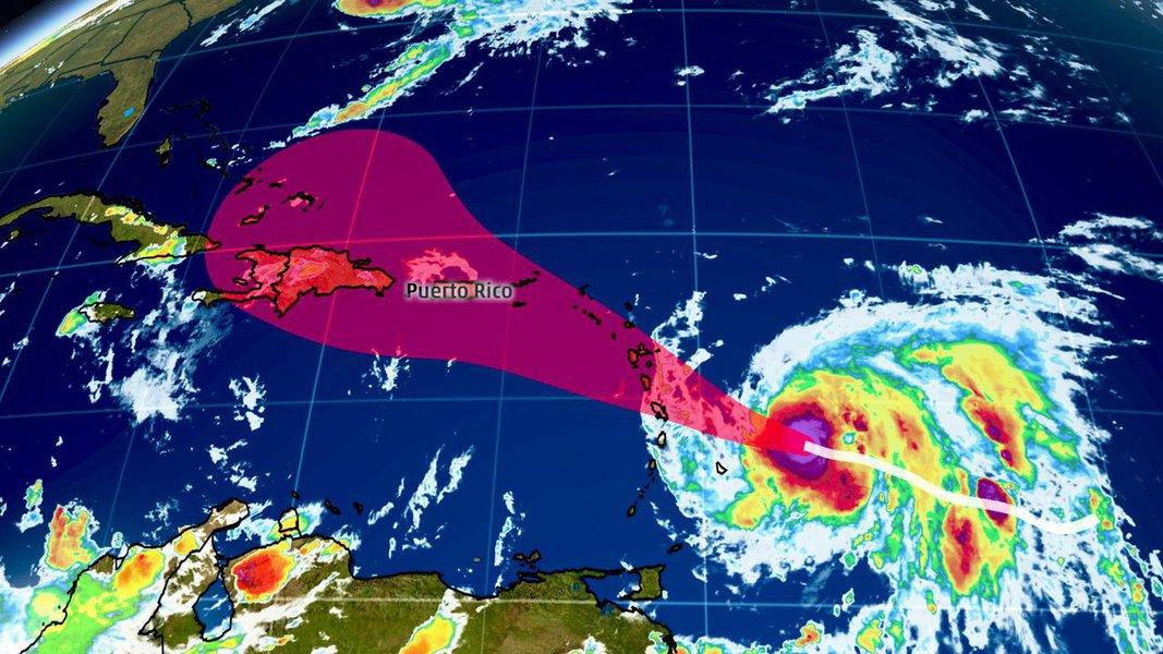 """O furacão Maria atingiu a categoria 5 por volta das 20h45 (horário de Brasília) desta segunda-feira (18). Essa categoria é a mais alta na escala Saffir-Simpson. Sgundo o Centro Nacional de Furacões dos EUA (NHC, na sigla em inglês), o ciclone estava cerca de 70 km ao norte da ilha de Martinica por volta das 21h; furacão é considerado """"extremamente perigoso"""", com ventos que atingem até 260 km/h"""