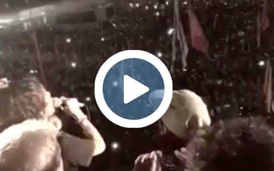 Ana Cañas emocionou o público que esteve na Avenida Paulista na última quinta-feira (20), no ato que reuniu milhares de pessoas em solidariedade ao ex-presidente Lula e em defesa da democracia. Ela cantou, à capela, O bêbado e a equilibrista, canção de João Bosco e Aldir Blanc imortalizada por Elis Regina em 1979