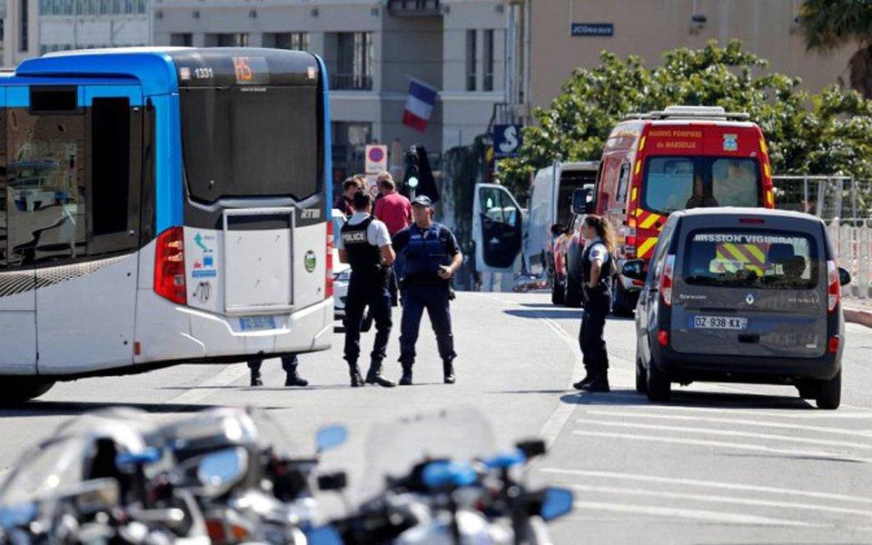 Carro bateu em dois pontos de ônibus em diferentes pontos da cidade francesa de Marselha, deixando ao menos uma pessoa morta e outra ferida; polícia alertou a população a evitar a área do Porto Antigo onde o motorista, um homem de 35 anos, foi preso; incidente acontece enquanto a polícia espanhola busca por um motorista de 22 anos que atropelou uma multidão com uma van em Barcelona na semana passada