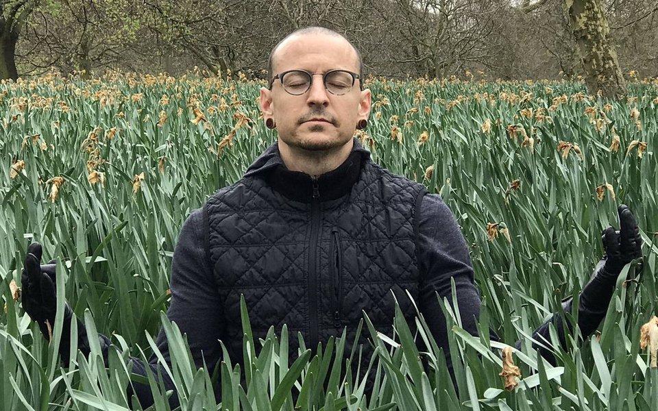 O vocalista da banda Linkin Park, Chester Bennington, morreu ao se enforcar em sua casa no sul da Califórnia, mas não deixou bilhete, disse nesta sexta-feira o escritório do legista do condado de Los Angeles; ele foi encontrado morto em sua casanesta quinta-feira 20, uma semana antes de a banda de rock iniciar uma turnê pelos Estados Unidos