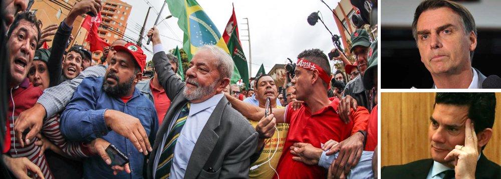 Nova pesquisa sobre a sucessão presidencial, feita pelo instituto DataPoder360, revela que o ex-presidente Luiz Inácio Lula da Silva cresceu seis pontos percentuais entre julho, mês em que foi condenado pelo juiz Sergio Moro, e agosto, passando de 26% para 32%; o deputado Jair Bolsonaro (PSC-RJ) também cresceu, passando de 21% a 25%, e se consolidou na segunda posição, no cenário em que Geraldo Alckmin, com 4%, é o candidato do PSDB; se a alternativa tucana for João Doria, Bolsonaro também passa ao segundo turno, mas com 18%; pesquisa revela o desaparecimento de Marina Silva, que caiu de 12% a 3%