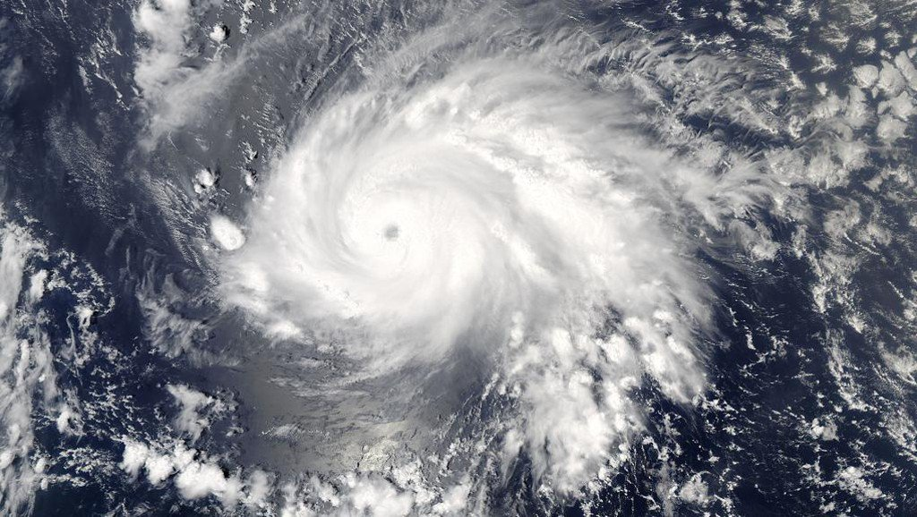 O Caribe se prepara para enfrentar a chegada do quarto furacão seguido: nesta segunda-feira, o furacão Maria deverá chegar à região, que ainda sofre os impactos da passagem do furacão Irma; neste domingo (17), o furacão Maria subiu de categoria e alcançou o nível 3, devendo chegar ao Caribe com ventos de até 150 km por hora