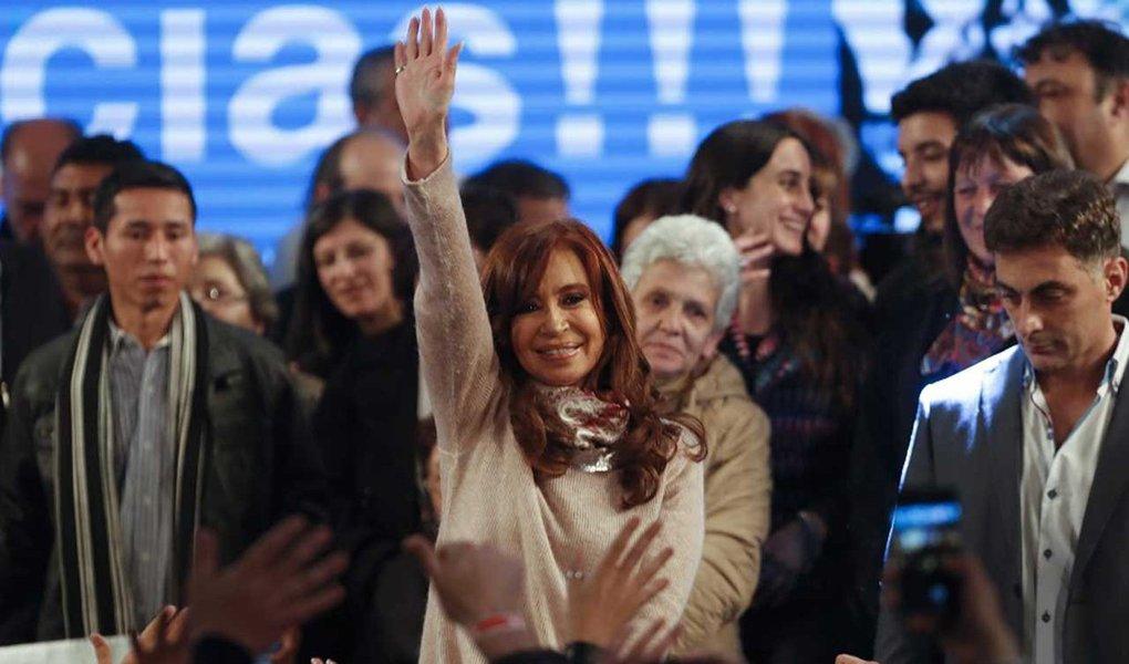 governo da Argentina declarou na madrugada desta segunda-feira (14) que Cristina Kirchner, candidata ao Senado pelo Unidade Cidadã, e Esteban Bullrich, aliado do presidente Mauricio Macri que concorre ao mesmo cargo, terminaram tecnicamente empatados nas eleições primárias da província de Buenos Aires, que define quem irá participar da disputa definitiva, marcada para outubro; às 8h29 da manhã (horário de Buenos Aires e Brasília), o Cambiemos, de Bullrich, tinha 34,19% do total; já o Unidade Cidadã, de Cristina, 34,11%