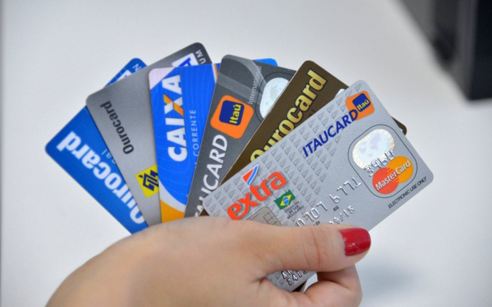 A taxa de juros do rotativo do cartão de crédito para quem paga o valor mínimo da fatura caiu em junho. A taxa chegou a 230,4% ao ano no mês passado, com redução de 28,1 pontos percentuais em relação a maio, de acordo com dados divulgados hoje (27) pelo Banco Central (BC)