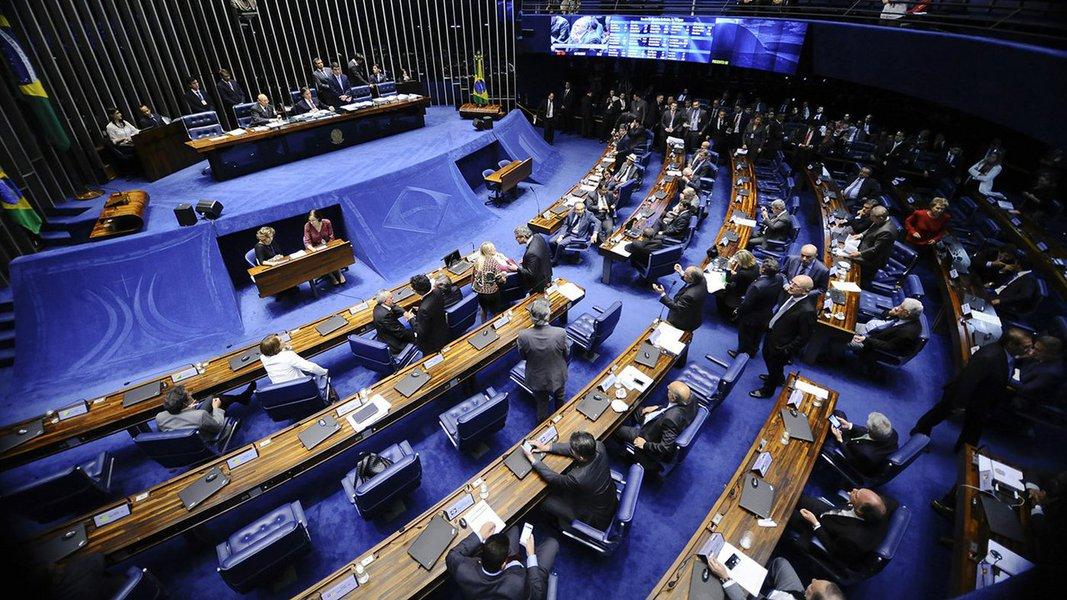 O Plenário do Senado aprovou na noite desta terça-feira, 3, a Proposta de Emenda à Constituição (PEC) que cria uma cláusula de desempenho, a partir de 2018, para as legendas terem acesso ao Fundo Partidário e ao tempo gratuito de rádio e TV; texto também prevê o fim das coligações proporcionais, a partir das eleições de 2020; por se tratar de uma mudança na Constituição, a PEC precisava do apoio de pelo menos 49 senadores; no primeiro turno, a PEC foi aprovada por 62 votos a zero; no segundo, por 58 votos a zero