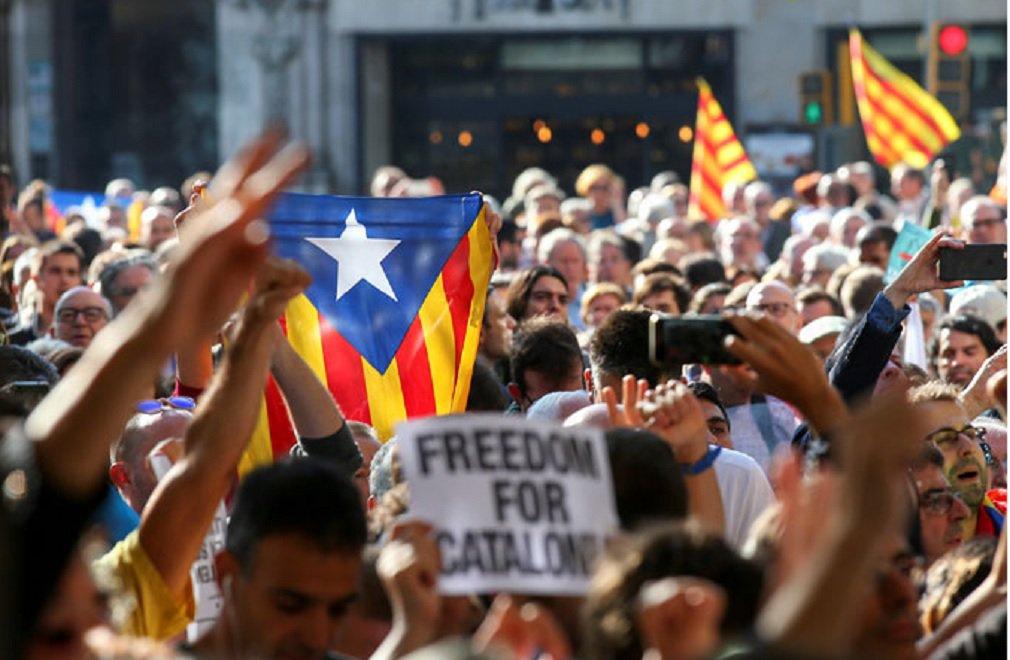 """A polícia espanhola prendeu o secretário-geral do Ministério da Economia da Catalunha, nesta quarta-feira, durante sua primeira operação contra autoridades da região antes de um referendo de independência não autorizado pela Justiça da Espanha, disseram fontes do governo catalão; centenas de manifestantes se reuniram diante dos escritórios do Ministério da Economia catalão, no centro do distrito turístico de Barcelona, gritando """"Não passarão"""" e """"Nós votaremos"""", disse uma testemunha da Reuters"""