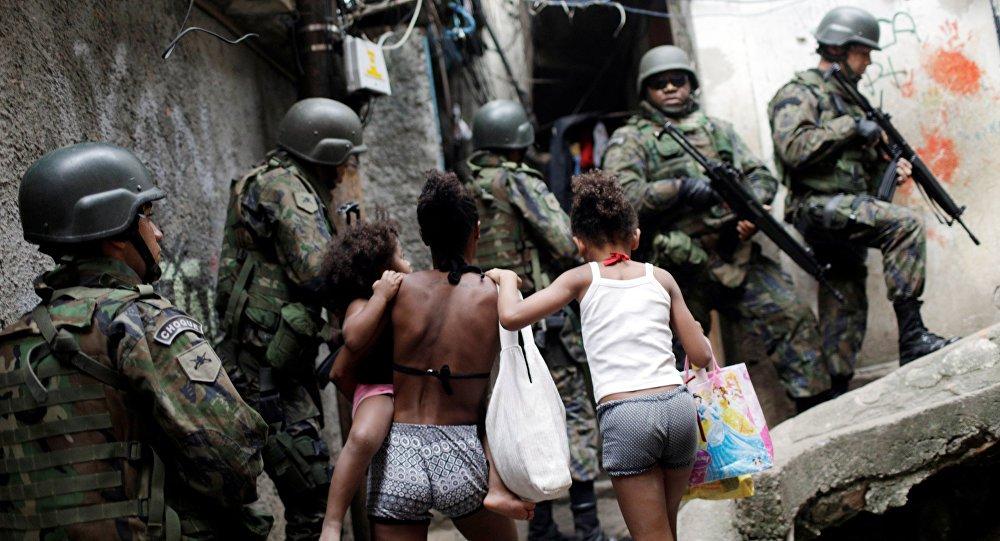 """Cinco detidos, 16 fuzis e 12 granadas apreendidas em um ambiente de muito medo e abusos; a operação com a participação de 950 homens das Forças Armadas na comunidade da Rocinha, na zona sul do Rio de Janeiro, entrou em seu segundo dia e, de acordo com as autoridades, não tem prazo para acabar; """"Os resultados desta madrugada mostram que estamos no caminho certo"""", afirmou o general Mauro Sinot, coordenador das operações das Forças Armadas no Rio; poucas horas antes da coletiva, novos tiroteios foram registrados na Rocinha ao longo da madrugada"""