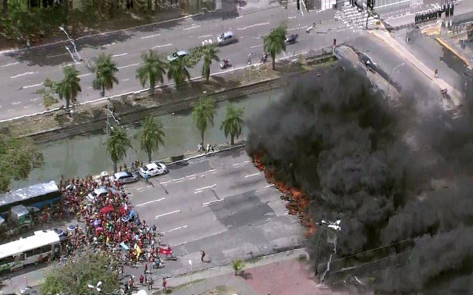 Uma série de protestos por moradia complicou o trânsito e acabou em confronto entre manifestantes e policiais do Batalhão de Choque no Recife; manifestantes, ligados ao Movimento dos Trabalhadores Sem Teto (MTST), promoveram bloqueios em diversos pontos da capital pernambucana; ao chegarem ao Palácio do Campo das Princesas, os manifestantes entraram em confronto com policiais militares que tentavam impedir o protesto; PM usou balas de borracha e bombas de efeito moral para dispersar a multidão