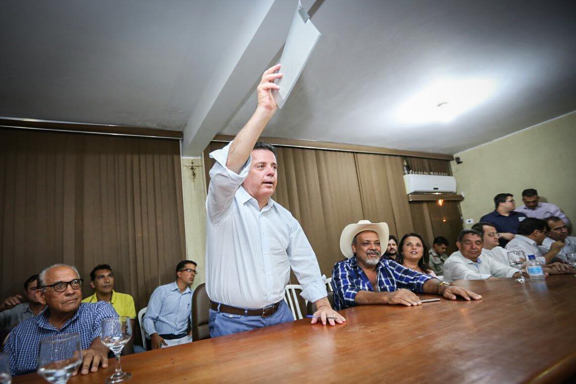 """O governador Marconi Perillo assinou com o prefeito de Nova Glória, Carlinhos, convênio de R$ 1 milhão para pavimentação asfáltica; e para construção de 100 casas, com investimento de R$ 7,4 milhões; o chefe do executivo também inaugurou um campo de Futebol Society. Nova Glória foi a última cidade percorrida pela CaravanaGoiás na Frente, que visitou sete municípios; """"Nós estamos com o pé na estrada. Estamos madrugando, levando obras, convênios, ajuda aos prefeitos para enfrentar a crise"""", afirmou Marconi"""
