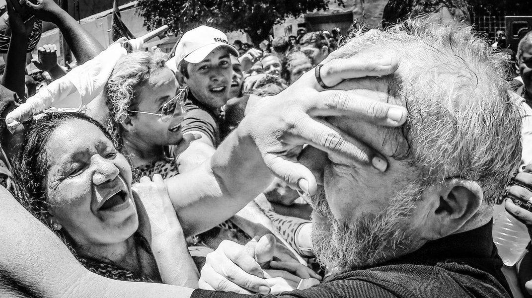 """O ex-presidente Lula desembarca em Alagoas no dia 20 de agosto para cumprir uma agenda de visitas durante dois dias; a chamada """"Caravana da Cidadania"""", que percorrerá de ônibus várias cidades do Nordeste, vai começar na Bahia e seguir pelo restante dos estados da região; visita do ex-presidente servirá para ele se reunir com aliados e com a população para discutir o """"desmonte das políticas públicas"""" do governo do golpista Michel Temer"""