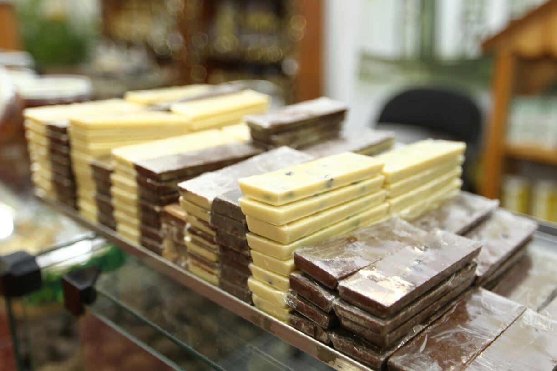 O município de Ilhéus recebe, a partir desta quinta-feira, o 9º Festival Internacional do Chocolate e Cacau; realizado no Centro de Convenções de Ilhéus, o evento deve atrair produtores de cacau, investidores, empresários e o público em geral, até domingo (23), movimentando as cadeias produtivas do agronegócio e do turismo; aatividade turística, atrelada à produção de chocolate, é um dos destaques da programação de palestras, que apresentarão, entre outros temas, os exemplos da produção associada ao turismo em Gramado (Rio Grande do Sul) e Viana do Castelo (Portugal)