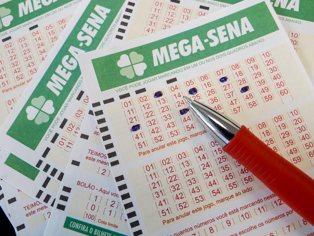O ganhador ou ganhadora acertousozinho as seis dezenas sorteadas no concurso 1.937 da Mega-Sena e levará o prêmio de R$ 6,3 milhões.O jogo foi realizado numa lotérica localizada num supermercado da Praia do Meireles. Os números sorteados foram 06,10, 24, 29, 43 e 55.Além do prêmio principal a Mega-Sena pagará a cada um dos 71 apostadores que acertaram cinco das seis dezenas o valor de R$ 24.966,25.Outras 4.055 apostas acertaram quatro números. Cada bilhete receberá R$ 624,48