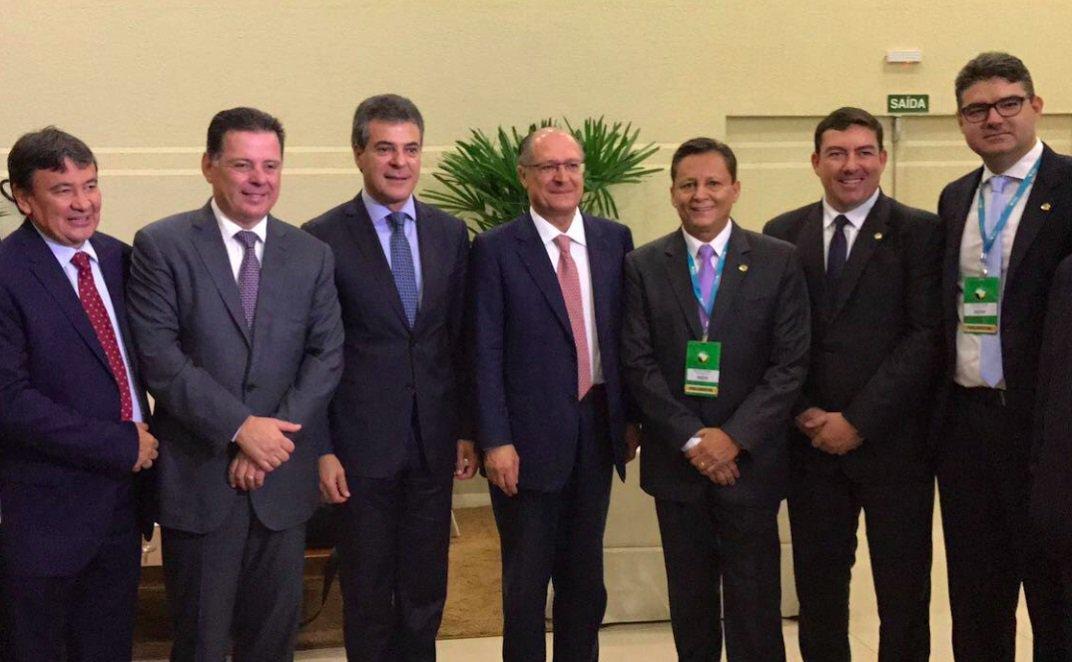 Presidente do Colegiado Nacional de Presidentes de Assembleias, o deputado goiano José Vitti (PSDB) coordena na manhã desta quinta-feira debate sobre a crise no Brasil e a saída para os estados na Conferência Anual da UNALE, que está sendo realizada em Foz do Iguaçu, no Paraná; os governadores Marconi Perillo (Goiás), Beto Richa (Paraná), Geraldo Alckmin (São Paulo) e Welligton Dias (Piauí), além do ministro da Saúde, Ricardo Barros, participam do painel, que é mediado pelo jornalista Heraldo Pereira, da Rede Globo