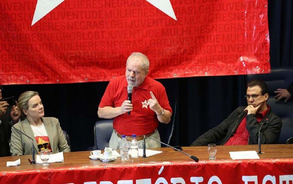 """O ex-presidente Lula disse neste sábado na Assembleia Legislativa de São Paulo que se for reeleito em 2018, seu futuro governo vai começar com a regulação dos meios de comunicação entre as primeiras medidas; """"Vamos fazer melhor neste país a começar pela regulação dos meios de comunicação"""", afirmou Lula em discurso na cerimônia de posse de Luiz Marinho, o novo presidente do PT em São Paulo; Lula fez a afirmação depois de defender que é preciso governar para os mais pobres do país; """"A gente pode ter uma sociedade mais justa, mais igual, uma sociedade onde todo mundo possa subir um degrauzinho. A gente não quer tirar nada deles, o que nós queremos é que o pobre vá subindo, vá subindo..."""""""