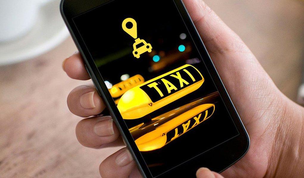 """A prefeitura do Rio de Janeiro estuda formas de regulamentar os serviços de transporte por táxi e carros particulares que utilizam aplicativos parasmartphone; segundo o prefeito Marcelo Crivella, as conversas com as empresas que prestam o serviço já começaram; """"Estamos fazendo audiências públicas, chamando o pessoal dos aplicativos, que é o 99, o Uber, oEasy, e falando também com os taxistas. A ideia é que estes aplicativos regularizados os impostos possam contribuir para melhorar as condições dos táxis no Rio de Janeiro. É muito importante"""", disse"""