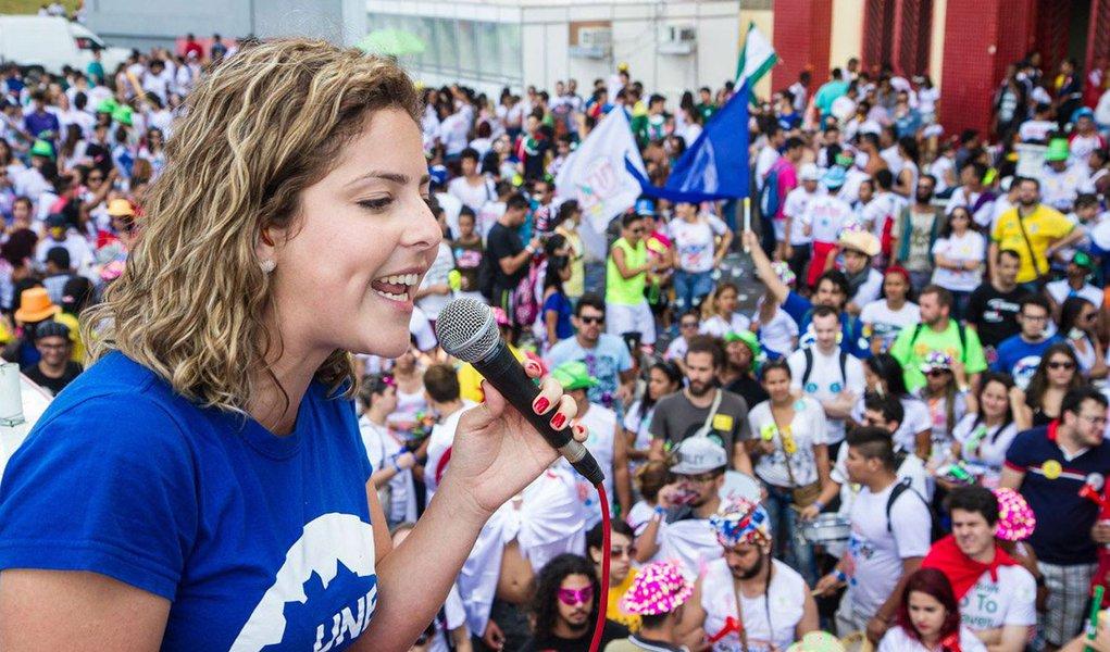 """""""O movimento estudantil e essa geração foram renovados com as lutas contra o golpe e, em especial, as ocupações estudantis. Essa é uma nova geração, mais impulsionada, e que mostrou que o movimento estudantil está mais vivo do que nunca"""", diz a presidente da Une, Carina Vitral; ao comentar o congresso em Belo Horizonte, ela disse que é histórico por ser o primeiro após o golpe; """"A principal pauta do congresso, com certeza, é a questão democrática""""; segundo ela, """"só o voto popular e só a legitimidade do povo podem devolver o país que a gente sonha, o país que a gente quer ver melhor, o país que luta e mantém direitos"""""""