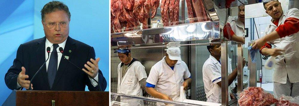 """Ministro da Agricultura, Blairo Maggi, afirmou que irá viajar aos Estados Unidos para prestar todos os esclarecimentos necessários e tentar reverter a suspensão de compra de carne in natura do Brasil imposta pelo governo norte-americano; Blairo viajará acompanhado de uma equipe do ministério para """"fazer as discussões necessárias e restabelecer esse mercado tão importante que o Brasil conquistou nos últimos anos""""; Departamento de Agricultura norte-americano (USDA) suspendeu todas as importações de carne bovina in natura do Brasil devido a preocupações sanitárias sobre os produtos"""