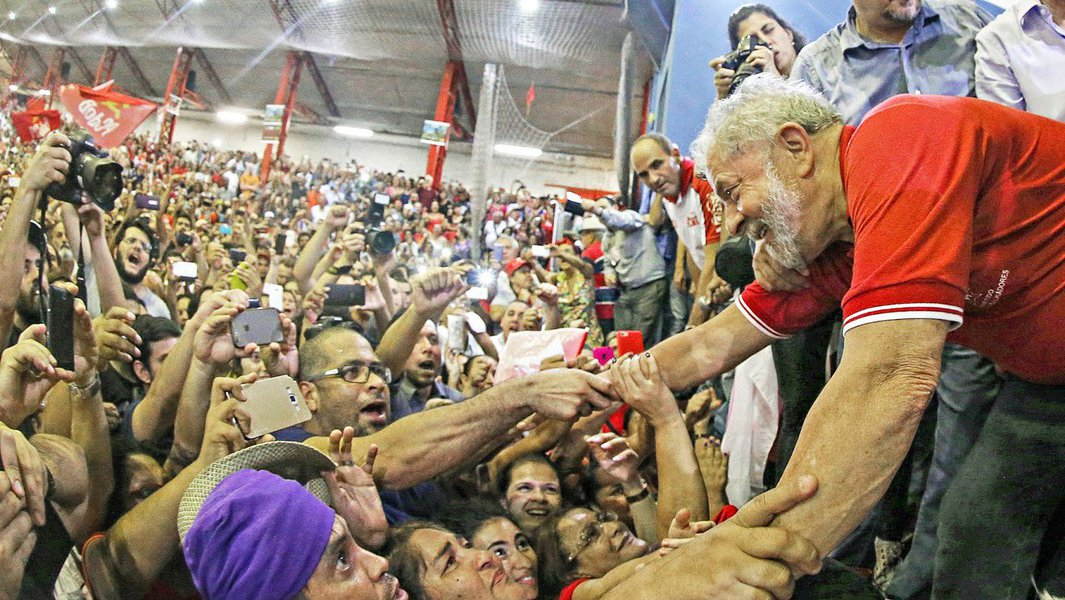 O ex-presidente Lula também lidera pesquisa realizada pelo Instituto Brasileiro de Pesquisas de Opinião Pública (Ibrape), em Arapiraca, no Agreste alagoano; no segundo maior colégio eleitoral de Alagoas, Lula aparece com 45% das intenções de votos; ainda de acordo com o levantamento, Jair Bolsonaro tem 11%, Marina Silva 9%, Geraldo Alkmin 3%, Ciro Gomes 2% e João Dória 1%