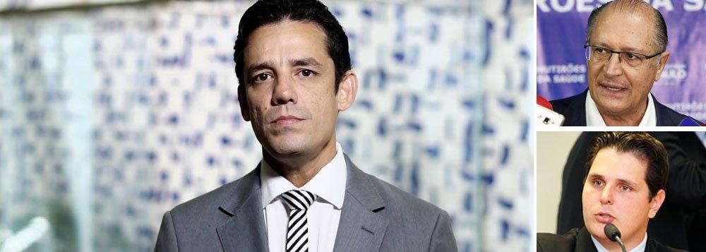 """Uma ala significativa do PSDB já percebeu que, se o partido não abandonar o barco à deriva que se tornou o governo de Michel Temer, vai acabar afundando junto com ele; um dos principais integrantes do grupo dos """"cabeças-pretas"""" do PSDB, o deputado Daniel Coelho (PE) resumiu que o desembarque do governo é questão de sobrevivência; """"Se o PSDB ficar na base, vai haver desmonte com a janela eleitoral"""", disse Coelho; grupo liderado pela ala jovem do partido na Câmara, os chamados """"cabeças pretas"""", defende que o desembarque aconteça já na terça que vem, após a leitura do voto do ministro Herman Benjamin, relator da ação que pede a cassação de Temer no TSE"""