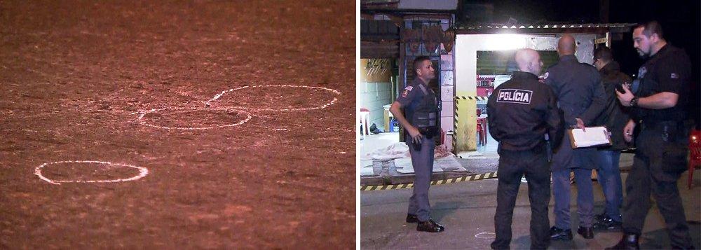 Cinco pessoas foram assassinadas na madrugada em uma chacina em Guarulhos, na Grande São Paulo; as vítimas, uma mulher e quatro homens, estavam dentro de um bar quando os suspeitos chegaram a pé ao local e efetuaram vários disparos em direção às vítima; além dos cinco mortos, três pessoas ficaram feridas