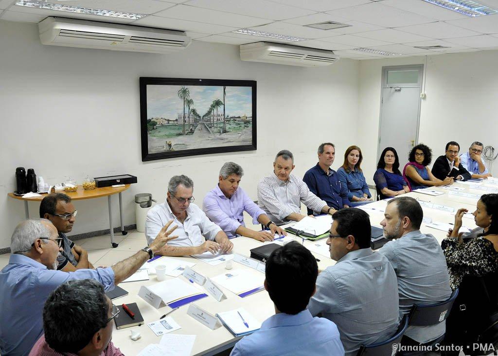 O prefeito Edvaldo Nogueira (PCdoB-SE) se reuniu, nesta quinta-feira (20), com professores da Universidade Federal de Sergipe (UFS), responsáveis pela elaboração do Plano Integrado de Saneamento de Aracaju; o encontro serviu para que os secretários municipais e outros membros da gestão pudessem conhecer melhor o projeto, além de propor alterações