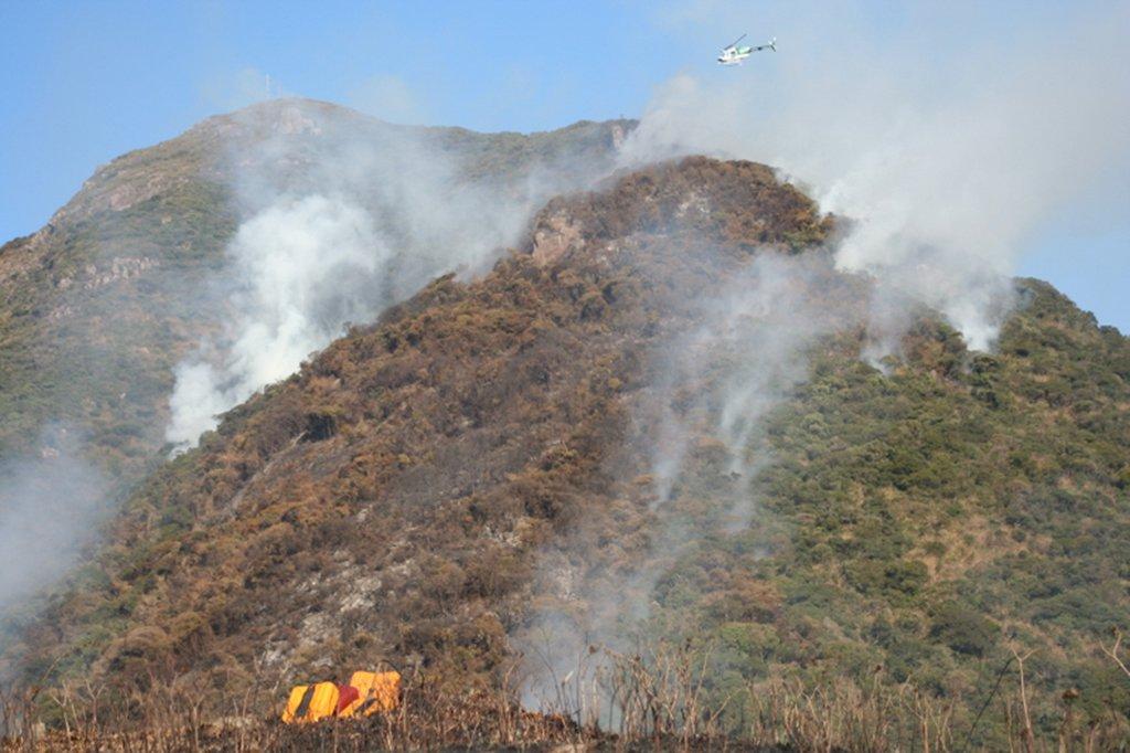 O estado do Paraná registrou mais de mil incêndios em áreas ambientais em julho deste ano, de acordo com o Corpo de Bombeiros; foram 1.013 casos, com um ferido; desde o início do ano houve 3.525 ocorrências; em 2016, o Paraná teve 10.708 ocorrências de incêndios ambientais, com oito feridos; a corporação informou que, normalmente, julho e agosto são os meses que, historicamente, registram o maior número de incêndios; em 2017, o mês de março ficou em segundo lugar em ocorrências de incêndio ambiental, com 549 casos