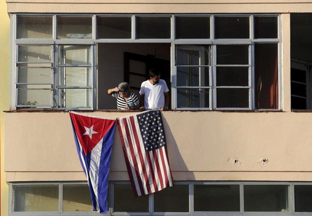 Cubanos colocam bandeira de Cuba e EUA em prédio perto da embaixada norte-americana em Havana. 14/09/2015 EUTERS/Enrique De La Osa