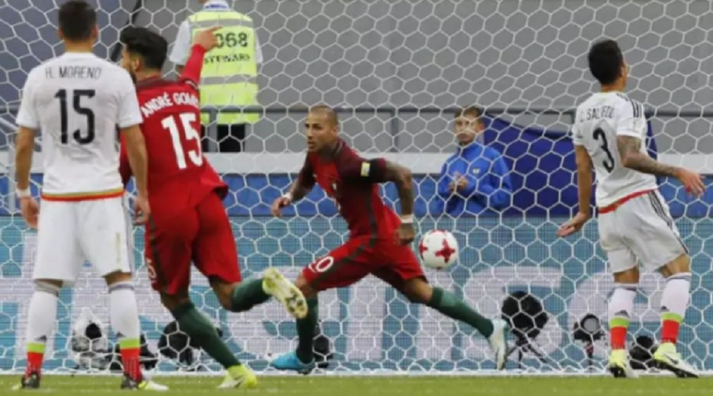 Em jogo movimentado, o México marcou no final e conseguiu empatar com Portugal em 2 a 2 na Arena Kazan, pela estreia das equipes na Copa das Confederações; os gols foram marcados por Quaresma, Cédric, Chicharito e Héctor Moreno; o craque Cristiano Ronaldo teve atuação discreta na estreia; a Rússia permanece na liderança do Grupo A da competição, com três pontos