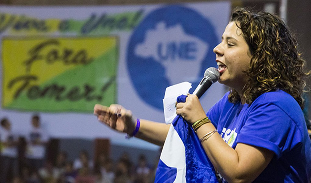 """Estudante de pedagogia da Universidade do Estado da Bahia (Uneb) Marianna Dias, 25, foi eleita a nova presidenta da União Nacional dos Estudantes (UNE) neste domingo (18) durante a plenária final do 55º Congresso, em Belo Horizonte; """"É preciso restabelecer a democracia e convocar novas eleições para a presidência da República, para que a gente possa, de fato, mudar tudo o que a gente tem visto"""", disse Marianna; como uma das primeiras ações políticas do novo mandato, a UNE participa da greve geral marcada para o próximo dia 30, juntamente com as centrais sindicais e demais movimentos sociais, que exige a saída de Temer e a convocação de eleições diretas já"""