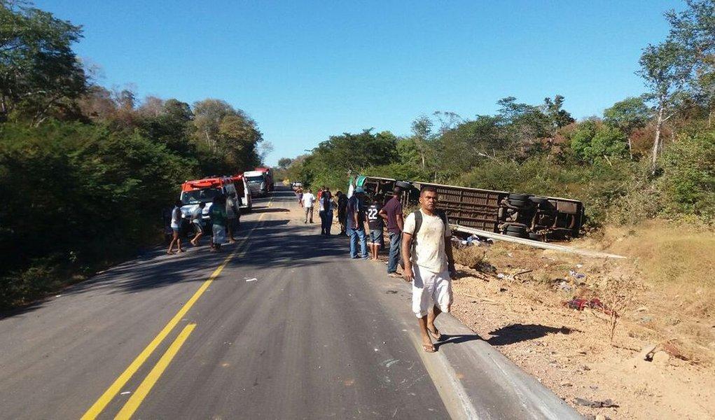 Quatro dos 10 mortos no acidente com um ônibus de turismo na BR-135,no Sul do Piauí, foram identificados e encaminhados na manhã deste domingo (18) para o Instituto Médico Legal (IML) de Teresina;dos 18 turistas que ficaram feridos, 15 estão estáveis e não correm risco de vida; veículo vinha da cidade de Boa Viagem (CE) com destino à São Paulo