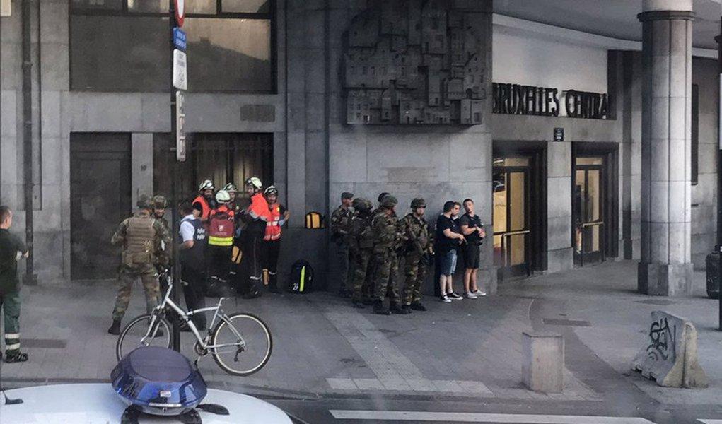 Tropas belgas atiraram em um suspeito de ser terrorista suicida na estação central de Bruxelas nesta terça-feira (20), disseram autoridades locai acrescentando que não houve outras vítimas e que a situação estava sob controle depois que as pessoas foram evacuadas; correspondente da Reuters no local disse que ocorreu uma pequena explosão e que a região foi evacuada, com a polícia fazendo um cordão e alguns espectadores observando calmamente as forças de segurança trabalhando
