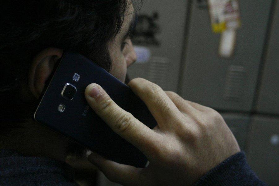 O número de linhas de celulares em operação no país registrou uma queda de 4,46% em junho deste ano, na comparação com o mesmo mês do ano passado; segundo a Anatel, foram registradas 242,11 milhões de linhas móveis ativas no mês passado; a queda em relação a maio foi de 2,3 mil linhas; nos últimos 12 meses, a Vivo registrou crescimento de 1,41%, enquanto Claro, Tim e Oi tiveram reduções de 6,21%, 4,93% e 11,61%, respectivamente, no número de linhas ativas; a tecnologia 4G teve um aumento de 5,54% em junho