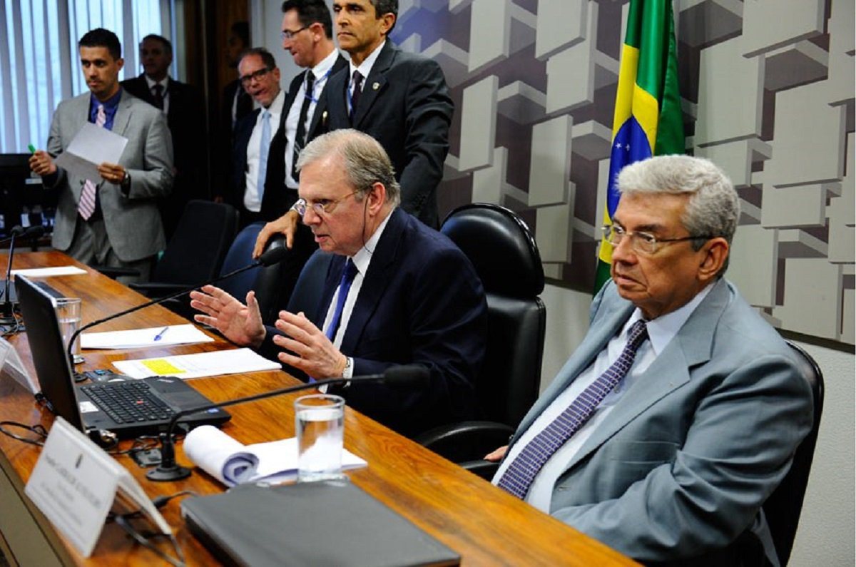 Após a tumultuada sessão da semana passada, o senador Tasso Jereissati (PSDB-CE) que preside a Comissão de Assuntos Econômicos (CAE), quer colocar em votação, na sessão de hoje (30), o projeto da reforma trabalhista. Tasso considera que o parecer elaborado pelo relator, senador Ricardo Ferraço (PSDB-ES), foi dado como lido na última sessão. Os senadores da oposição argumentam que o relatório não foi lido e que, por isso, a votação não pode acontecer. Na última sessão, após a confusão motivada pela tentativa de se evitar a leitura do voto do relator, Tasso deu como lido o relatório e concedeu vista coletiva do projeto, abrindo caminho para a votação na reunião desta terça-feira