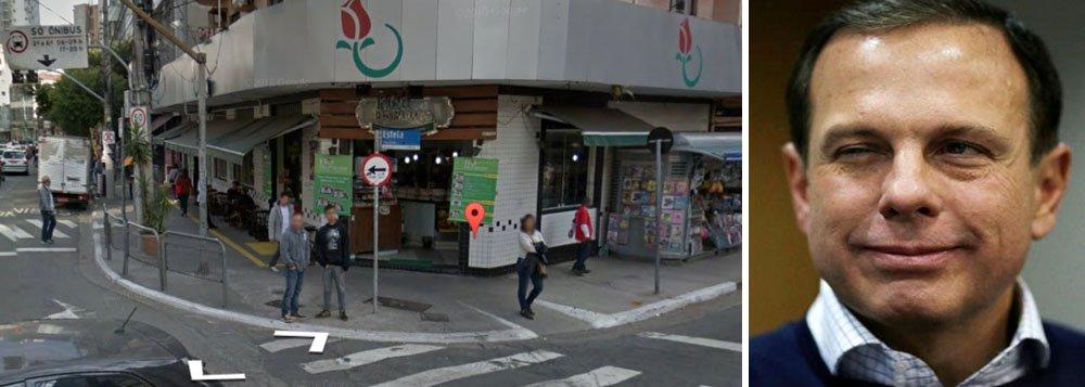 """Um grupo de ativistas está organizando distribuição de comida em frente a uma padaria de São Paulo que decidiu não vender mais lanche a quem quiser comprá-lo para dar a um morador de rua; funcionários da área de limpeza urbana da gestão do prefeito João Doria (PSDB) têm jogado jatos de água em moradores de rua para acordá-los; a padaria colocou um cartaz para informar que """"não faz nenhum tipo de refeição para ser entregue a morador de rua""""; na próxima semana haverá um protesto em frente à padaria Flor do Paraíso"""