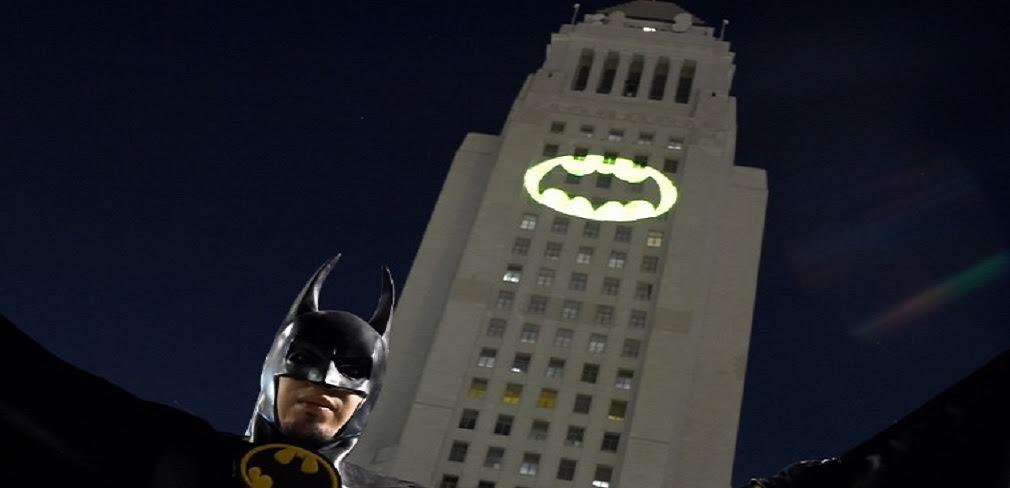 """Prefeitura de Los Angeles homenageia o mais famoso intérprete do Batman; cidade norte-americana emite """"bat-sinal"""" para relembrar Adam West, falecido na sexta-feira (9), aos 88 anos"""
